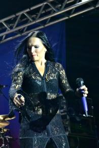 Tarja dançando loucamente.