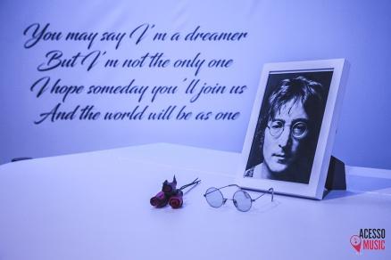 Emblemático piano e óculos de John Lennon