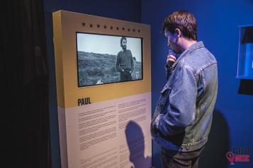 Fã observando biografia de Paul McCartney