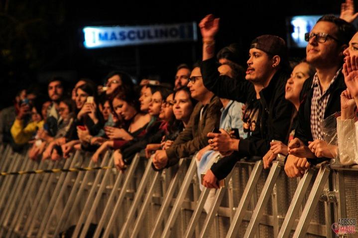 Publico da grade no show de Noel (foto: Clovis Roman)