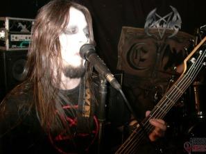 Shaitan, baixista do Evil War, com flash na cara (foto: Clovis Roman)